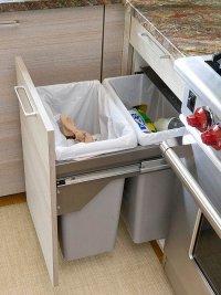 Как устранить неприятный запах мусорного ведра на кухне?