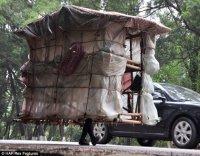Китайский путешественник с домом на плечах