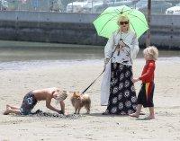 Гвен Стефани с сыновьями на пляже