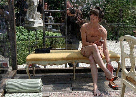Милла Йовович пожила за стеклянными стенами