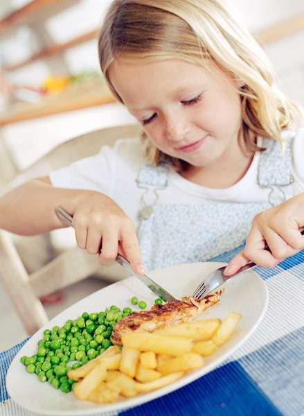 Этикет за столом: что ребенку нельзя делать