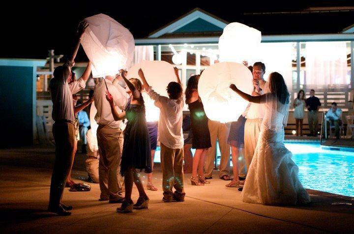 Запуск бумажных фонариков на свадьбе