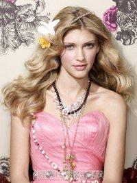 Прическа на выпускной: лента с цветком