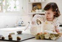 Игры с ребенком на кухне: кот в мешке