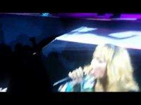 Рианна ударила фаната микрофоном