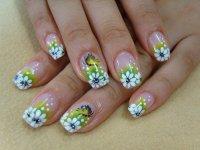 Летний цветочный узор в маникюре