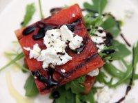 Летний салат с жареным арбузом и сыром фета