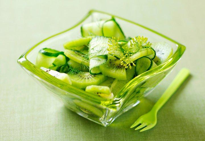 Салат с огурцом, киви и мятой
