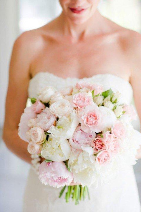 Пионовидные розы в букете невесты
