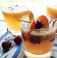 Пятничный коктейль: белая сангрия с фруктами