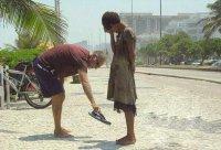 Минута доброты: фото мужчины, отдающего свою обувь бездомной девочке