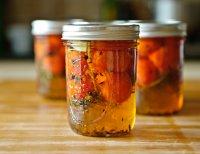 Заготовки на зиму: дольки помидоров с петрушкой