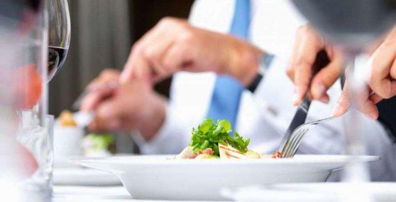 Обед с коллегами может сделать вас рассеянными
