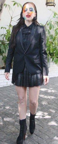 Зачем Леди Гага вымазалась краской?