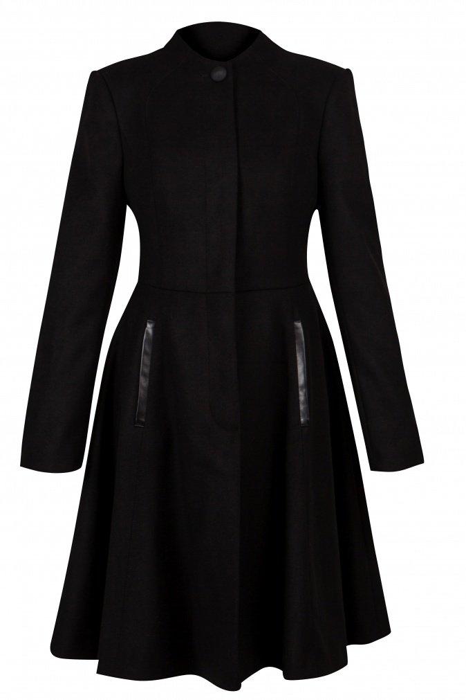 Черное осеннее пальто в стиле 70-х