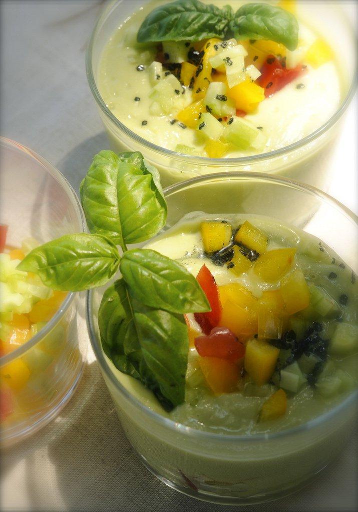 Холодный суп из авокадо и огурцов