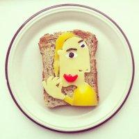 Веселый завтрак: бутерброд с сыром
