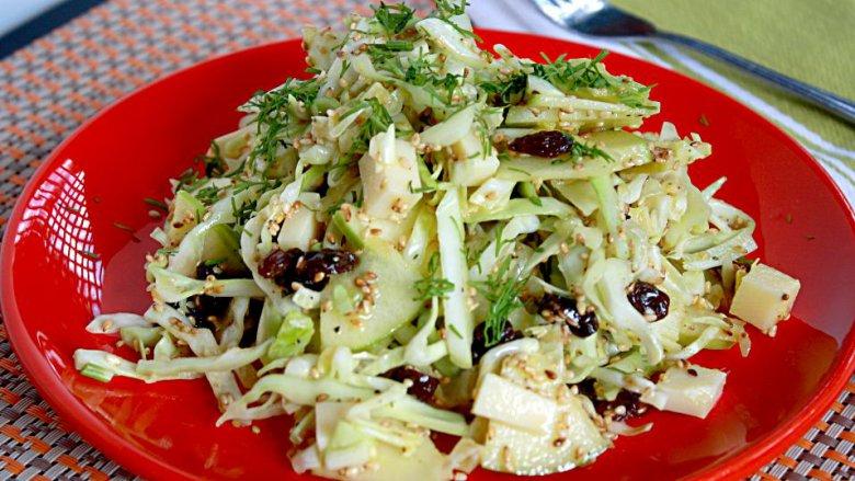 Капустный салат с кунжутом и изюмом