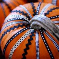 Тыква на Хэллоуин: украшение ленточками