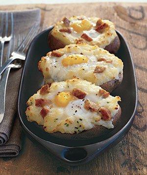 Яйца в запеченном картофеле