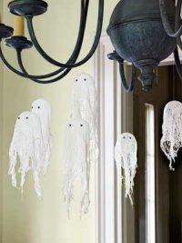 Украшение дома на Хэллоуин: маленькие марлевые привидения