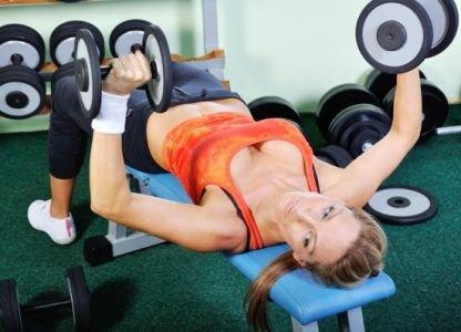 Упражнение с гантелями для подтяжки груди