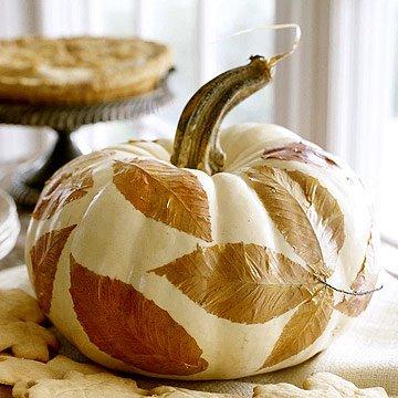 Украшение дома на Хэллоуин: тыква с листьями