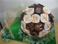 Идея для сладкого подарка: футбольный мяч из конфет