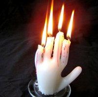 Свеча на Хэллоуин в форме руки