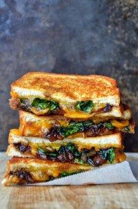 Сэндвич с жареным луком и сыром