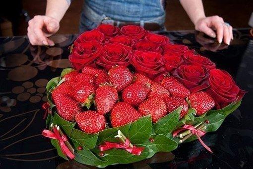 Роскошное сердце из роз и клубники своими руками