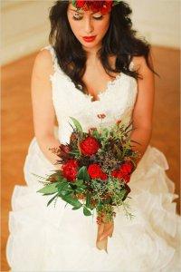 Осенний букет невесты в красно-зеленой гамме
