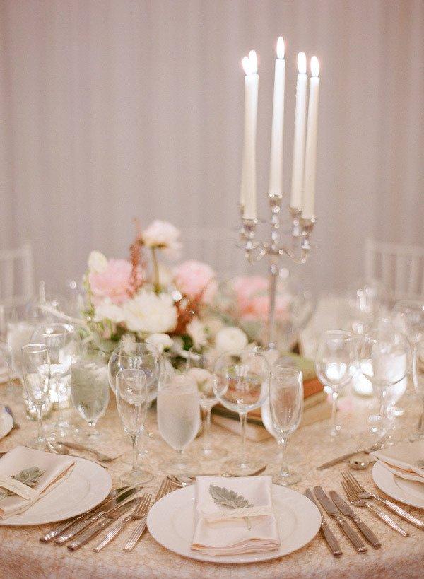 Сервировка свадебного стола: бокалы и столовые приборы