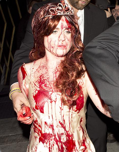Звездный Хэллоуин: Келли Осборн испачкалась кровью