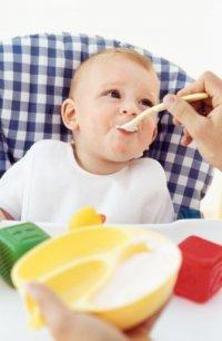 Манная каша с фруктовым пюре для ребенка