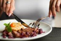 Правила этикета за столом: как едят различные блюда