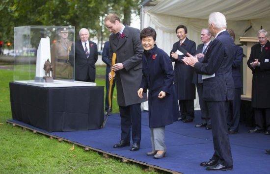 Принц Уильям начинает заменять бабушку