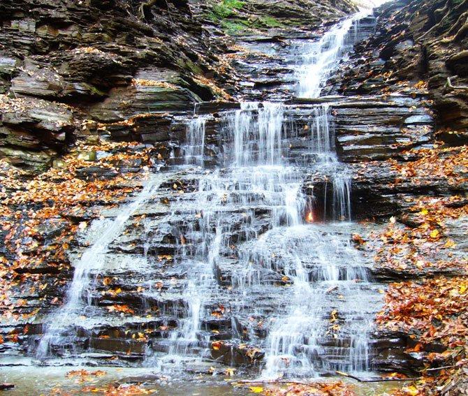 Вечный огонь в водопаде