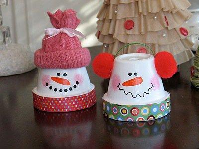Снеговики из керамических горшков