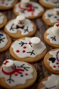 Идея для украшения печенья на Новый год: растаявший снеговик