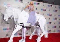 Леди Гага приехала на коне на American Music Awards