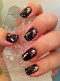Черный маникюр с золотыми перьями