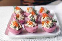 Яркие фаршированные яйца