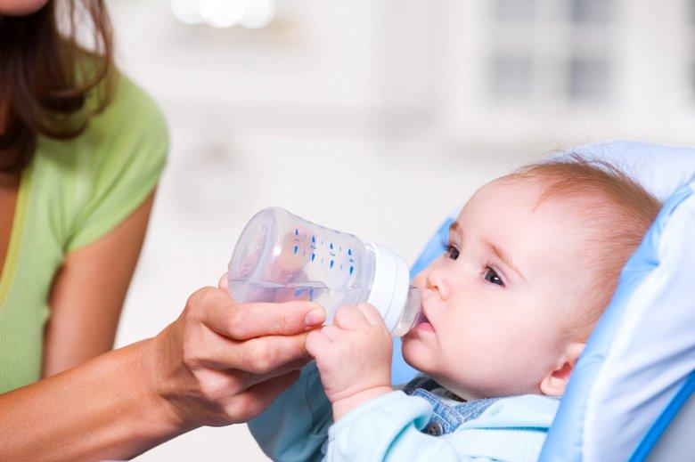 Вода для грудничков: можно ли ее давать?