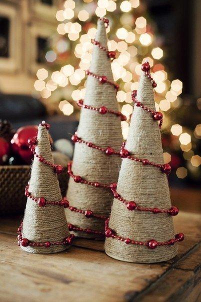 Новогодние елочки из шпагата и бус