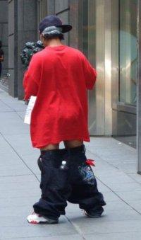 Откуда появилась тенденция носить полуспущенные штаны?