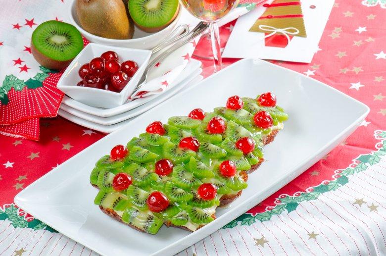 Идея украшения новогоднего фруктового торта