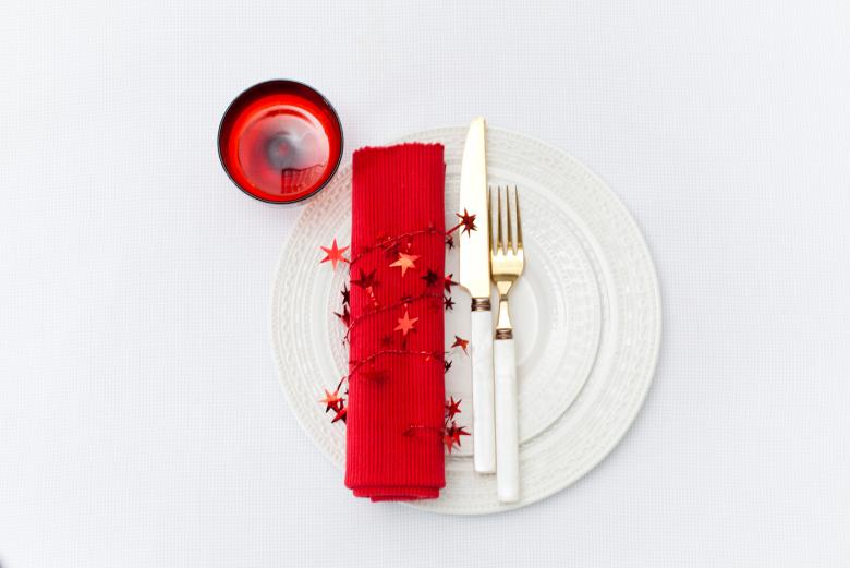 Красно-белая сервировка стола