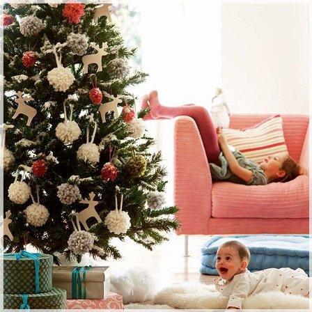 Как безопасно украсить елку в детской комнате?
