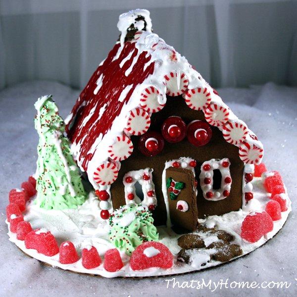 Идея украшения пряничного домика в красных и белых цветах